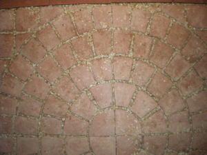 ジョイント石で装飾レンガを固定した様子