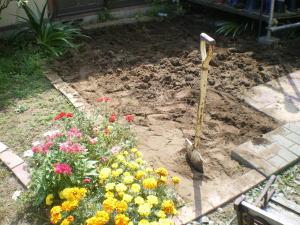 地面を掘り起こした後