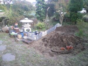花壇を狭くし土壌作りをしている様子